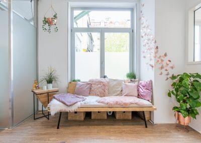 Vertical-Ballerina_Sitin Lounge zu Raum 1